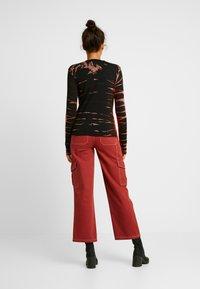 Weekday - MEJA - Langærmede T-shirts - tie dye red - 2