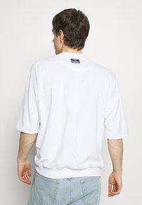 Hummel Hive - PEER LOOSE - Print T-shirt - white - 2