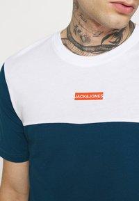 Jack & Jones - JCOBLOCKS TEE CREW NECK - Print T-shirt - white - 5