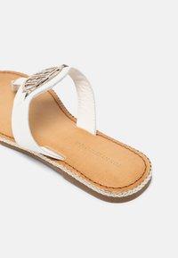 Tommy Hilfiger - ESSENTIAL FLAT - Sandály s odděleným palcem - ecru - 5