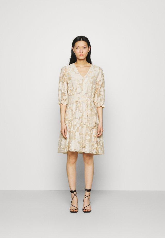 SLFSADIE VNECK  - Korte jurk - sandshell
