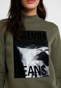 Calvin Klein Jeans - MOCK NECK - Sweatshirt - grape leaf - 5