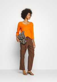 Marc O'Polo DENIM - PANT WIDER LEG TURN UP DETAIL - Stoffhose - coconut shell - 1