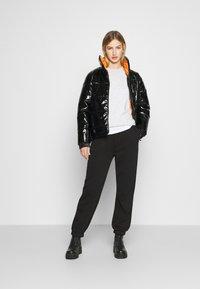 Karl Kani - OG GLOSSY PUFFER JACKET  - Winter jacket - black - 1