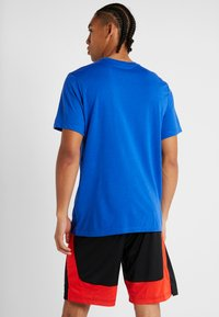 Nike Performance - DRY TEE ATHLETE - T-shirt imprimé - game royal/habanero red - 2