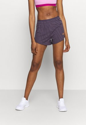 kurze Sporthose - dark raisin/bright mango