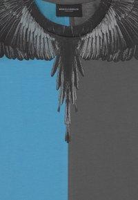 Marcelo Burlon - Print T-shirt - blue - 2