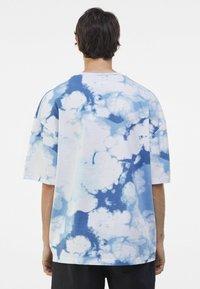 Bershka - OVERSIZED UNISEX - Print T-shirt - white - 3