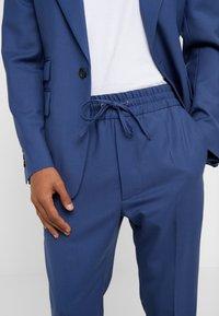 Vivienne Westwood - ELASTIC CROP GEORGE SERGE - Pantaloni eleganti - blue - 5