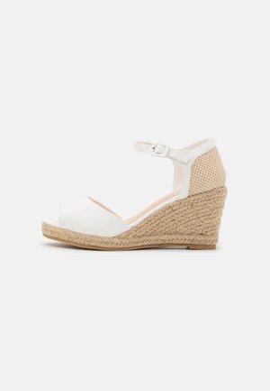 Sandály na klínu - soft white