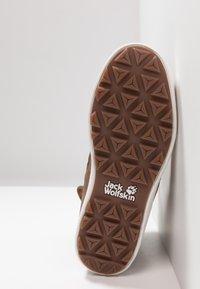 Jack Wolfskin - AUCKLAND TEXAPORE BOOT - Winter boots - desert brown/white - 4
