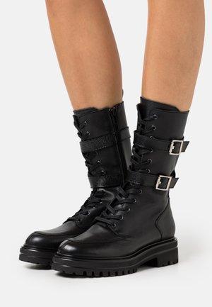 ALAIA - Šněrovací kotníkové boty - noir