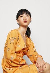 True Violet Petite - TRUE PLUNGE FRONT MIDI WITH BUTTON DETAIL - Košilové šaty - yellow - 3