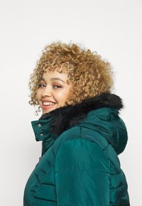 CAPSULE by Simply Be - LUXE HOODED SHORT PADDED COAT - Talvitakki - forest green - 3