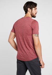 Icebreaker - MENS SPHERE CREWE - Basic T-shirt - cabernet - 2