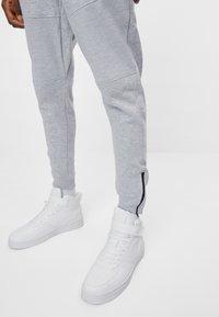 Bershka - Spodnie treningowe - light grey - 3