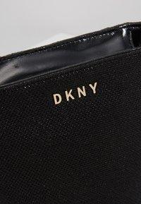 DKNY - CHAIN BUCKET GLITTER - Taška spříčným popruhem - black/gold-coulored - 6