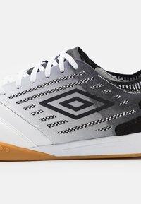 Umbro - CHALEIRA II PRO - Indoor football boots - white/black - 5