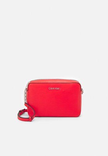 CAMERA BAG WAVE SAFFIANO - Across body bag - red