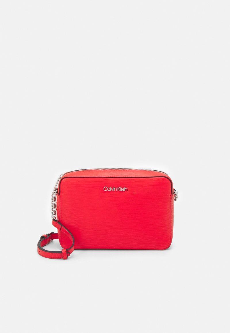 Calvin Klein - CAMERA BAG WAVE SAFFIANO - Across body bag - red