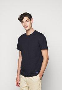 Libertine-Libertine - BEAT LOGO - T-shirt basic - night sky - 0