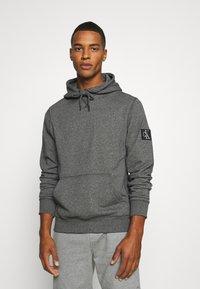 Calvin Klein Jeans - MONOGRAM BADGE GRINDLE HOODIE - Luvtröja - black - 0