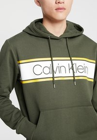 Calvin Klein - TEXT STRIPE LOGO HOODIE - Hoodie - green - 4