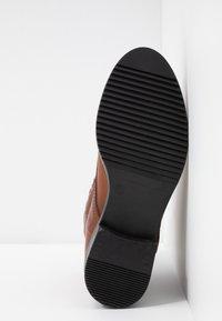 MJUS - Šněrovací kotníkové boty - brandy - 6