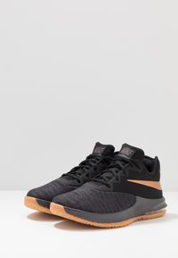 Nike Performance - AIR MAX INFURIATE III LOW - Basketball shoes - black/metallic copper/thunder grey/medium brown - 2