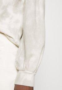 Abercrombie & Fitch - SEASONAL LOGO MOCK NECK CREW PATTERN - Sweatshirt - grey marble - 4