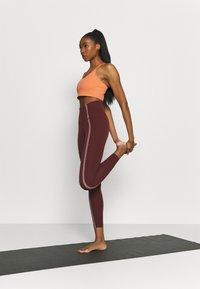 Nike Performance - INDY EYELET BRA - Sujetadores deportivos con sujeción ligera - apricot agate/arctic orange - 1