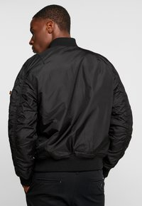 Alpha Industries - REVERSIBLE TEDDY - Bomberjacks - black - 2