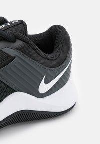 Nike Performance - MC TRAINER - Zapatillas de entrenamiento - black/white/dark smoke grey - 5