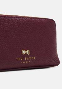 Ted Baker - LIEKE - Trousse - dark red - 3
