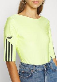 adidas Originals - T-shirt z nadrukiem - semi frozen yellow - 5