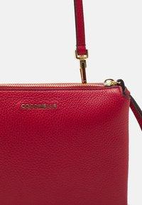 Coccinelle - ARLETTIS - Handbag - ruby - 8