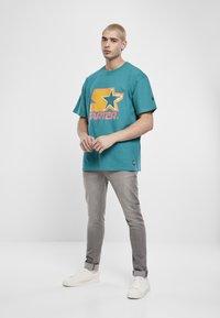 Starter - Print T-shirt - green/yellow/rose - 1
