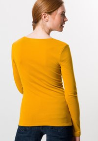 zero - MIT RUNDHALSAUSCHNITT - Long sleeved top - saffron - 2