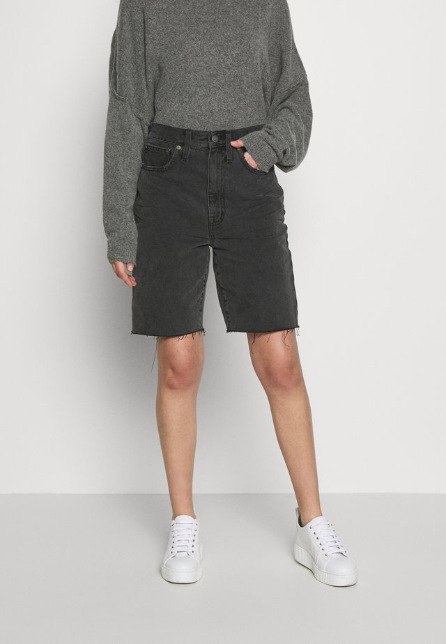 HIGH RISE MID LENGTH SHORTS IN ENCINO - Shorts di jeans - encino wash