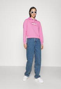Tommy Jeans - CROPPED FLAG  - Mikina skapucí - pink daisy - 1
