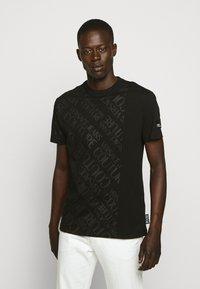 Versace Jeans Couture - TONAL ALLOVER LOGO - T-shirt imprimé - black - 0