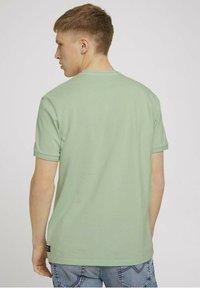 TOM TAILOR DENIM - MIT STREHKRAGEN - Basic T-shirt - smooth green - 2