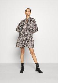 Vero Moda - VMKIRA TIE SHORT DRESS - Kjole - tornado/kira - 1