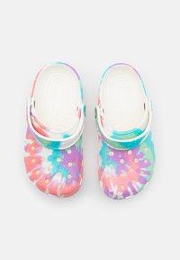 Crocs - CLASSIC TIE DYE GRAPHIC CLOG - Mules - fresco/multicolor - 3