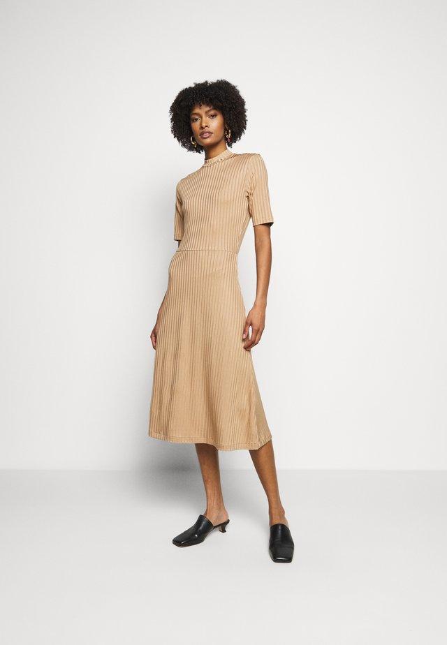 HONOR - Žerzejové šaty - camel