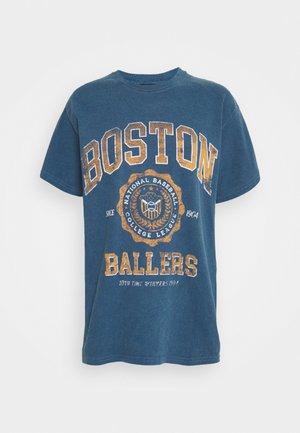 COLLEGIATE VARSITY TEE - Print T-shirt - blue