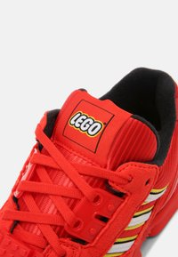 adidas Originals - ZX 8000 LEGO UNISEX - Sneakers laag - active red/white - 4