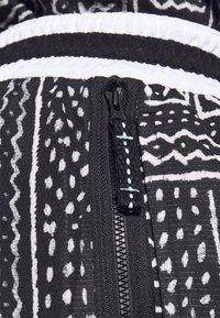 Nike Performance - DNA SHORT CITY EXPLORATION SERIES - Sports shorts - black/white - 5