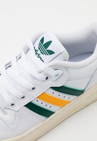 adidas Originals - RIVALRY SPORTS INSPIRED SHOES UNISEX - Sneakers laag - footwear white/collegiate green/gold - 7