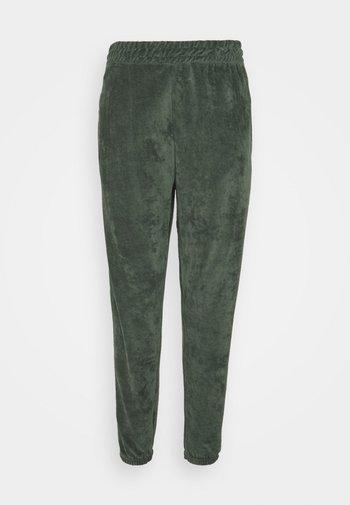 CUFFED JOGGERS - Pantalones deportivos - green